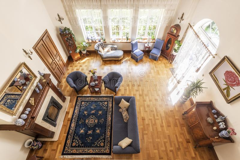 Hoogste mening van een klassiek woonkamerbinnenland met een blauw tapijt, s stock foto's
