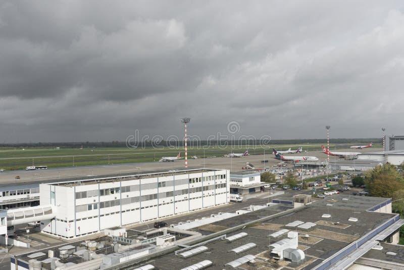 Hoogste mening van een kleine luchthaven in een Europese stad stock fotografie