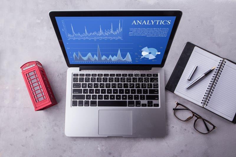 Hoogste mening van een laptop computer met het concept van analyticsgegevens op het scherm royalty-vrije stock foto