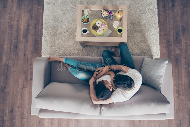 Hoogste mening van een leuk paar in liefde Zij koesteren op de bank royalty-vrije stock foto