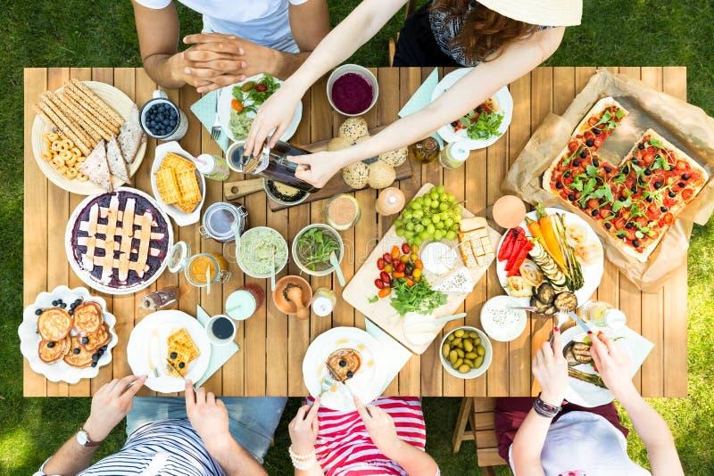 Hoogste mening van een lijst met Italiaans voedsel en vrienden het eten en dri royalty-vrije stock foto