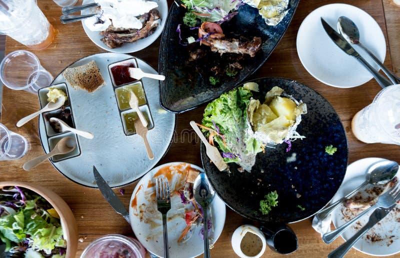 Hoogste mening van een lijst na samen het eten van gezond voedsel in het restaurant royalty-vrije stock foto