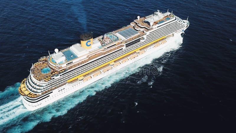 Hoogste mening van een mooi wit cruiseschip in de Atlantische Oceaan, luxevakantie voorraad Antenne voor de passagiersvoering royalty-vrije stock fotografie