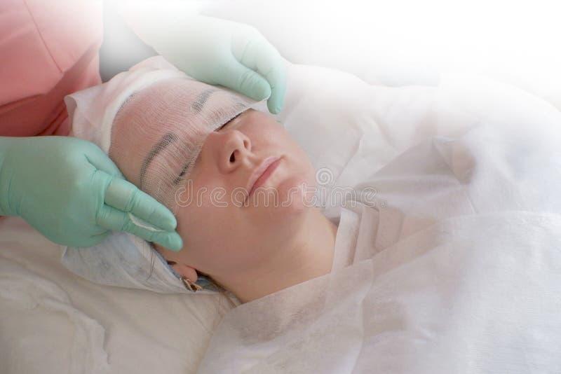 Hoogste mening van een mooie vrouw die schoonheidsbehandelingen bij het Kuuroord neemt Cosmetologist behandelt close-up van het g royalty-vrije stock afbeelding