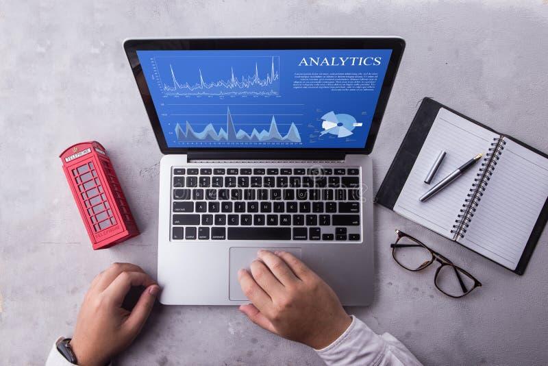 Hoogste mening van een zakenmanlaptop computer met het concept van analyticsgegevens op het scherm stock foto's