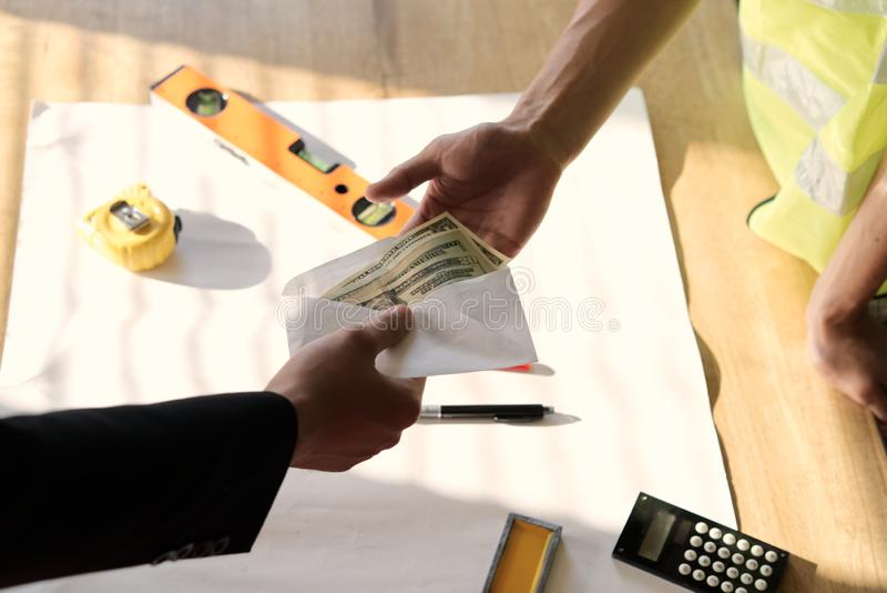 Hoogste mening van eigenaar of chef- hand die geld aan werknemer of ingehuurde persoon voor zijn loon of salaris over lijst geven stock afbeeldingen
