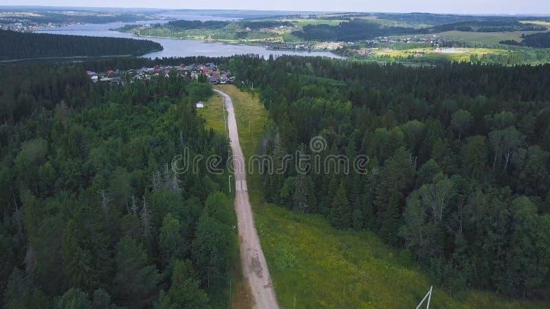 Hoogste mening van enig huis in bosklem Ver die huis van stad in bos in rust en kalmte wordt gevestigd Achtergrond royalty-vrije stock foto