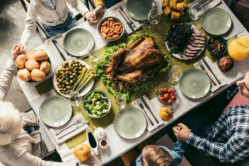 hoogste mening van familie die vakantiediner met heerlijk Turkije hebben stock afbeeldingen