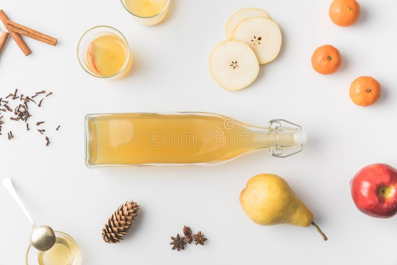hoogste mening van fles cider met rond ingrediënten royalty-vrije stock foto