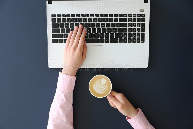 Hoogste mening van frmalehanden op laptop toetsenbord royalty-vrije stock afbeeldingen