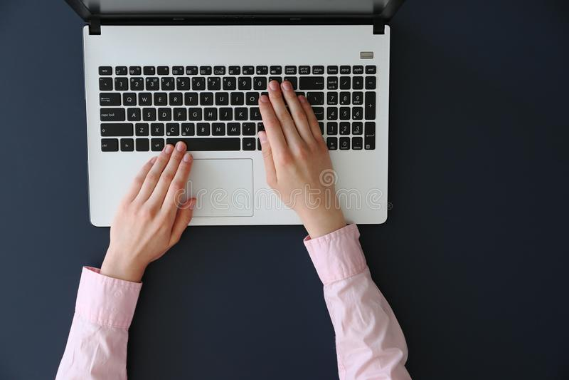 Hoogste mening van frmalehanden op laptop toetsenbord royalty-vrije stock foto