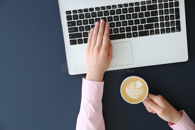 Hoogste mening van frmalehanden op laptop toetsenbord royalty-vrije stock afbeelding
