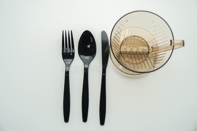 Hoogste mening van geïsoleerde plastic bestekwerktuigen met watermok royalty-vrije stock fotografie