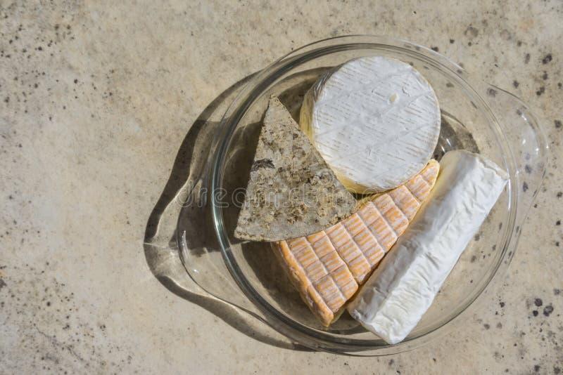 Hoogste mening van geassorteerde diverse types van kaas in glasplaat op steenlijst royalty-vrije stock foto