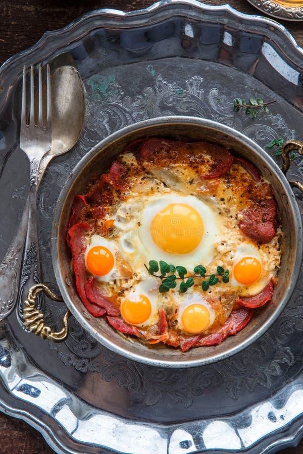 Hoogste mening van gebraden eieren met genezen vlees, Turkse yumurta van ontbijtpastirmali royalty-vrije stock foto