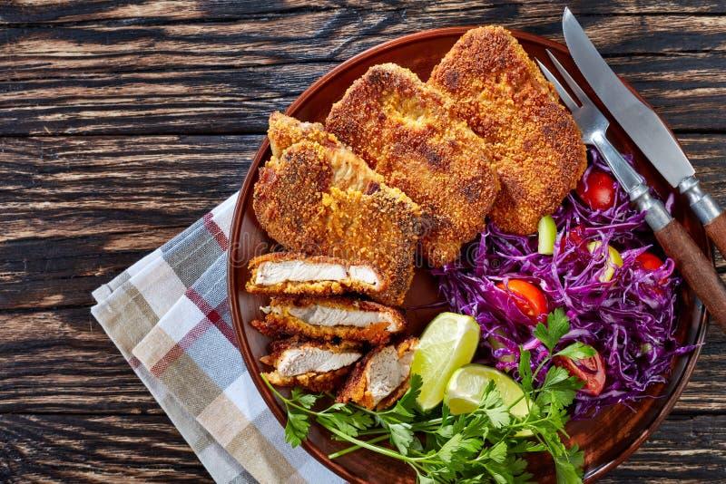 Hoogste mening van gepaneerde varkensvleesschnitzel met salade royalty-vrije stock fotografie