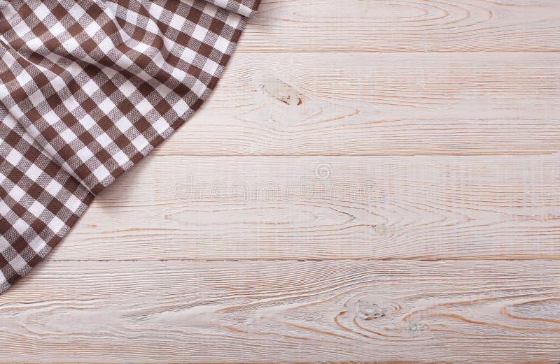 Hoogste mening van geruit tafelkleed op witte houten lijst stock foto