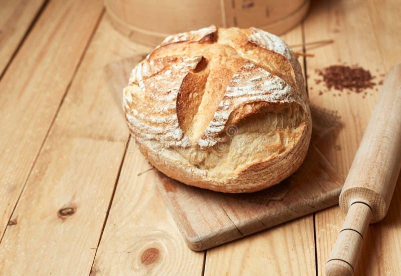 Hoogste mening van gesneden wholegrain brood op donkere ructic houten close-up als achtergrond Brood bij zuurdeeg Ongedesemd broo stock fotografie