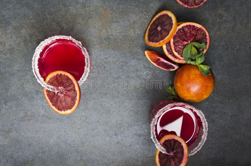 Hoogste mening van glazen van bloedsinaasappel margarite, munt, plakken van fruit stock afbeelding