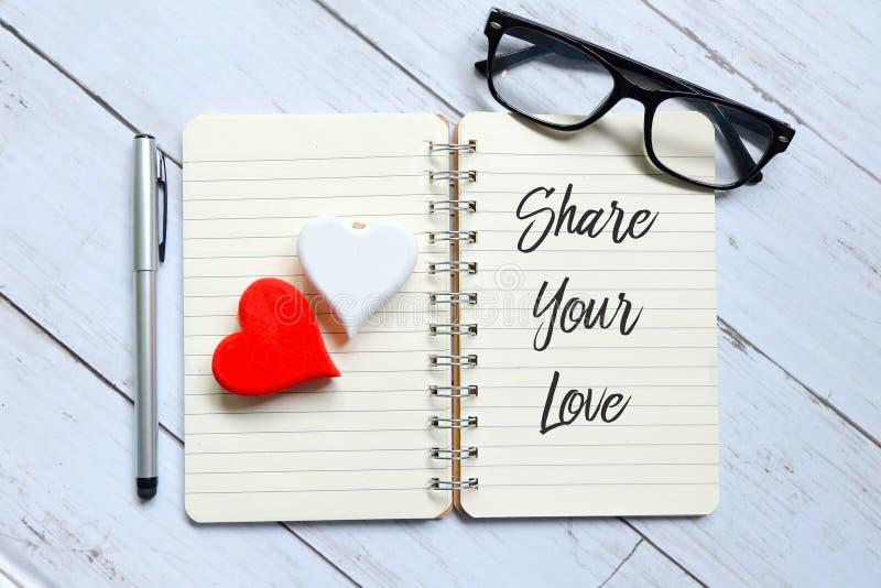 Hoogste mening van glazen, houten die hart, pen en notitieboekje met Aandeel Uw Liefde worden geschreven Raad en motivatie stock foto