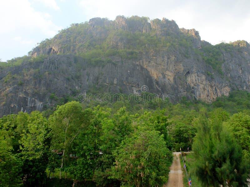 Hoogste mening van groene aard, rotsachtige die bergen door verse groene bomen en gang aan het landelijke dorp wordt omringd, Tha royalty-vrije stock afbeeldingen