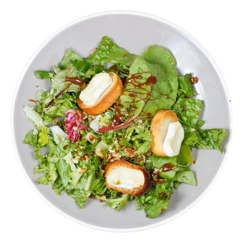 Hoogste mening van groene salade met geitkaas op plaat royalty-vrije stock fotografie