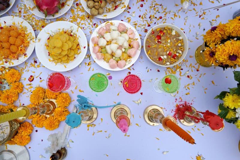Hoogste mening van heilige verering met Thais dessert, kleurrijk water, fruit, bloemen en kaars royalty-vrije stock foto's