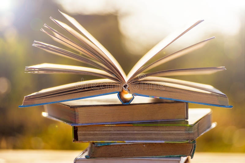 Hoogste mening van heldere kleurrijke boek met harde kaftboeken in een cirkel royalty-vrije stock afbeeldingen