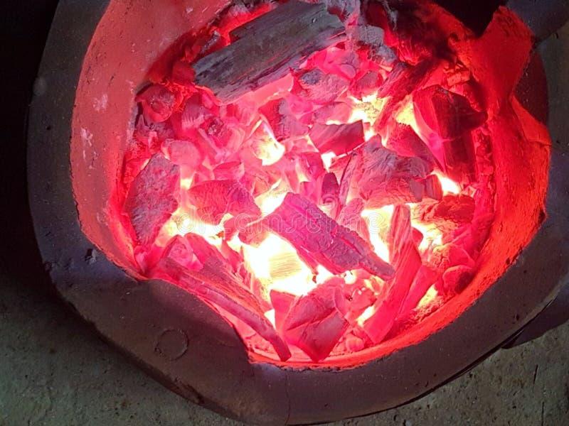Hoogste mening van het branden van houtskool in fornuis als achtergrond stock foto