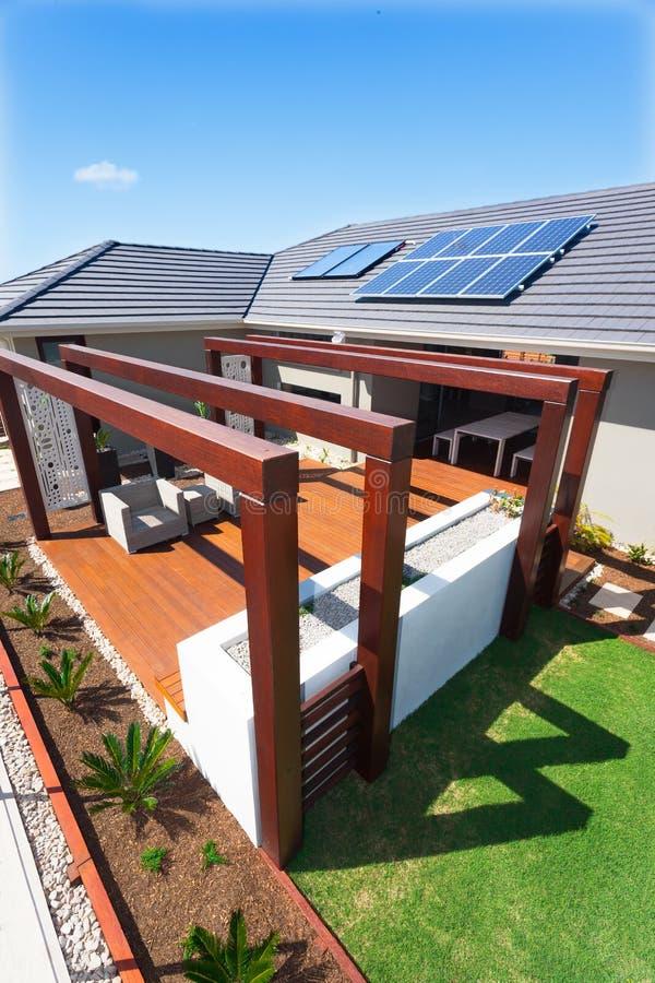Hoogste mening van het buitenterrasgebied met een luxueus huis op een zonnige dag met blauwe hemel stock foto's
