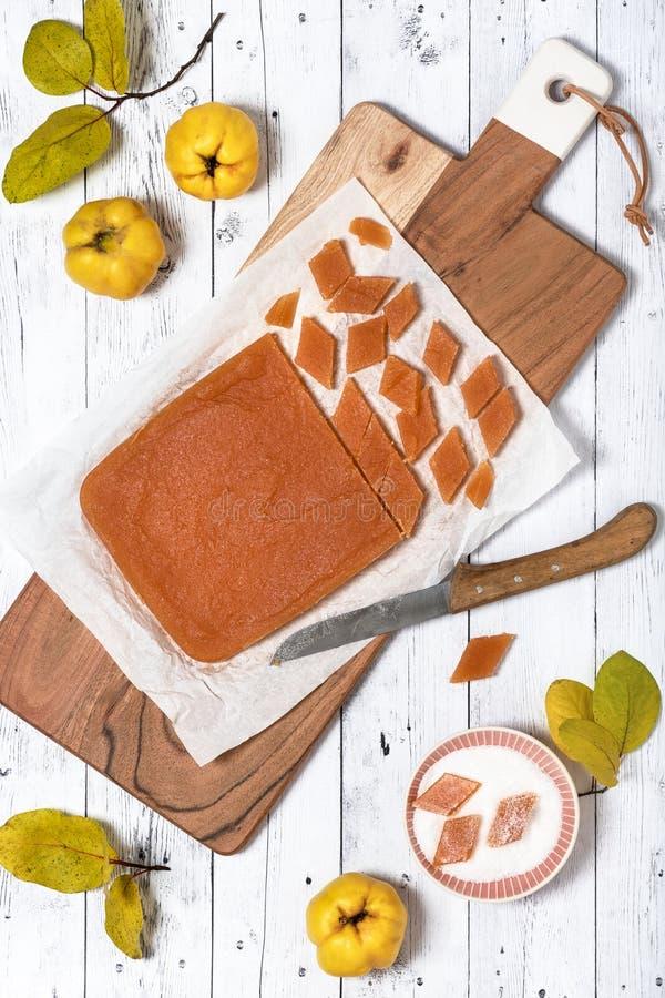 Hoogste mening van het eigengemaakte die suikergoed van de kweepeergelei in suiker met een laag wordt bedekt stock foto's