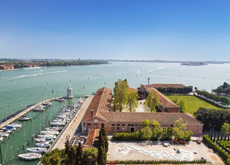 Hoogste mening van het eiland van San Giorgio Maggiore, Venetiaanse lagune, Jachthaven en kloostergronden, Venetië stock foto's