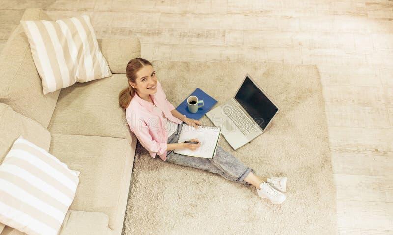 Hoogste mening van het jonge mooie meisje thuis bestuderen royalty-vrije stock afbeelding