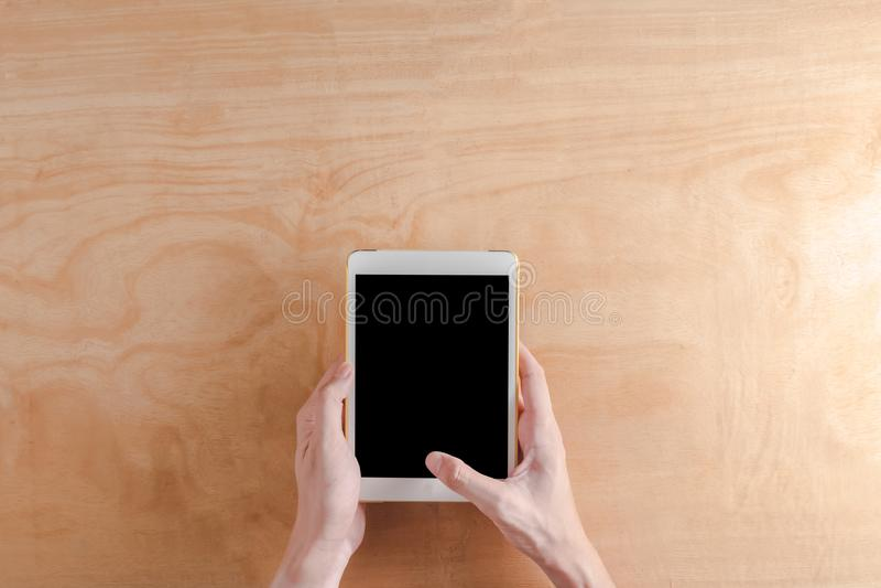 Hoogste mening van het Mannelijke gadget van de de aanrakingscomputer van de handen holdind tablet stock foto