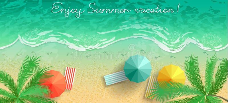 Hoogste mening van het overzees en het strand met paraplu's, zitkamerstoelen en palmen Sporen van naakte voeten in het zand volge vector illustratie
