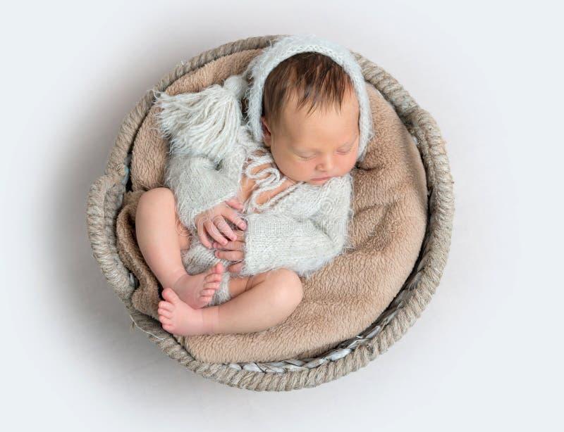 Hoogste mening van het pasgeboren babyjongen leggen in een kom royalty-vrije stock fotografie