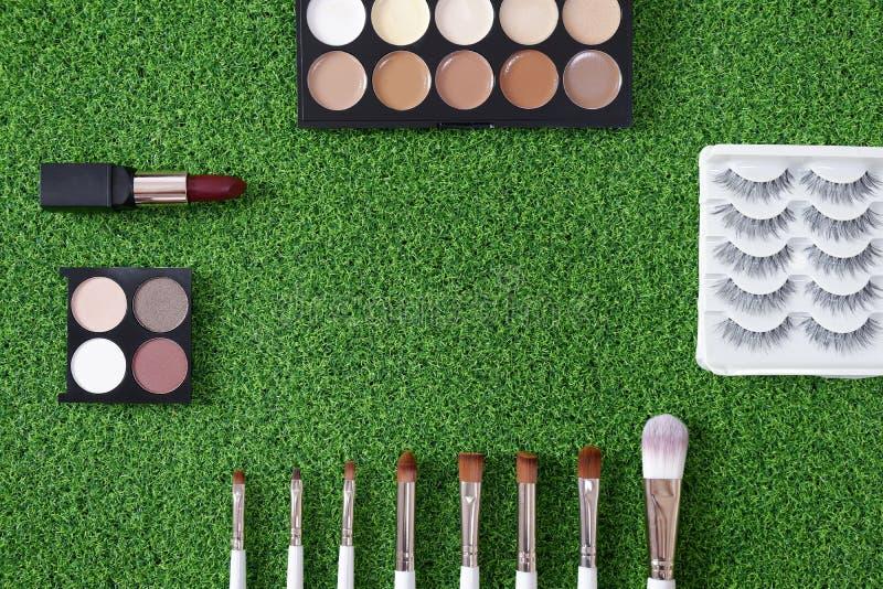 Hoogste mening van het schoonheidsmiddel van vrouwen op groene achtergrond stock afbeelding