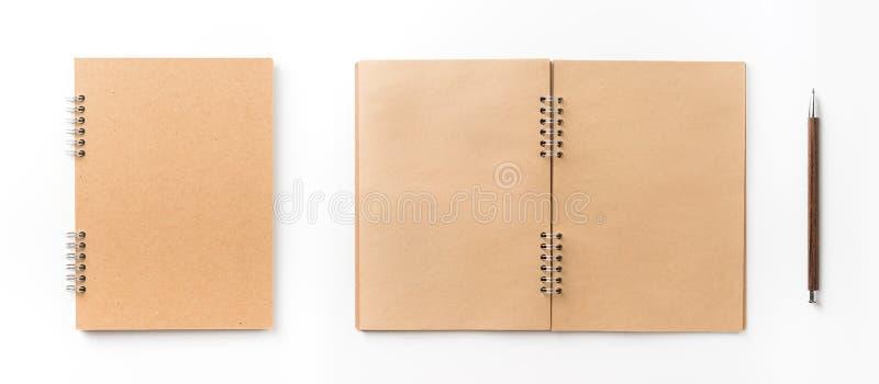 Hoogste mening van het spiraalvormige die notitieboekje van kraftpapier op achtergrond voor model wordt geïsoleerd royalty-vrije stock foto's