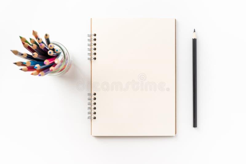 Hoogste mening van het spiraalvormige die notitieboekje van kraftpapier op achtergrond voor model wordt geïsoleerd royalty-vrije stock afbeelding