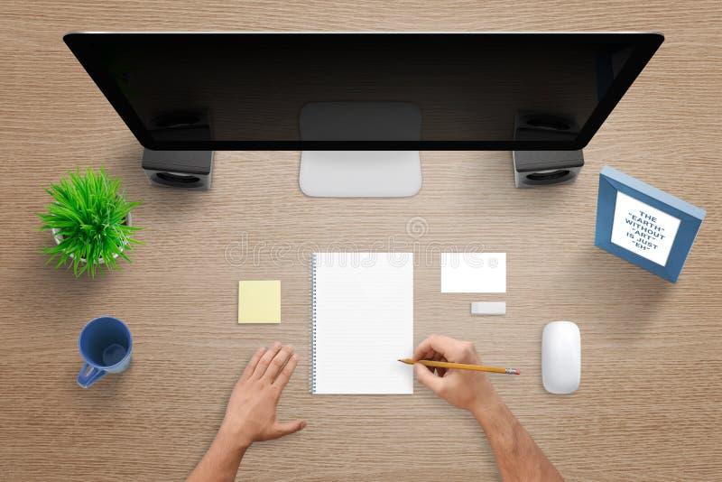 Hoogste mening van het werkbureau met computer, stootkussen, nota, leeg adreskaartje, muis, installatie, mok en bureaukader stock foto