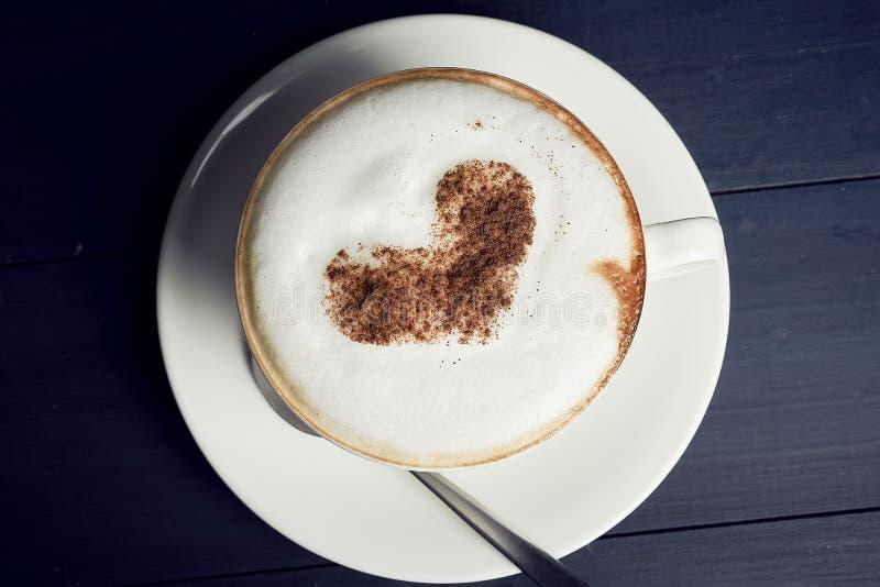 Hoogste mening van hete koffie latte of het schuim van de het hartvorm van de cappuccinokunst stock foto's