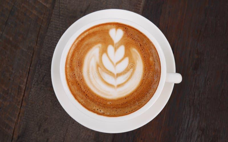 Hoogste mening van hete koffie latte kunst op houten lijst royalty-vrije stock foto