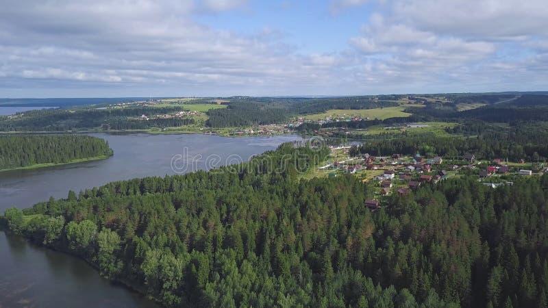 Hoogste mening van huizen op meerkust in bosklem Kalmte en afzondering Vakantie buiten stad Plattelandshuisjes met percelen royalty-vrije stock foto's