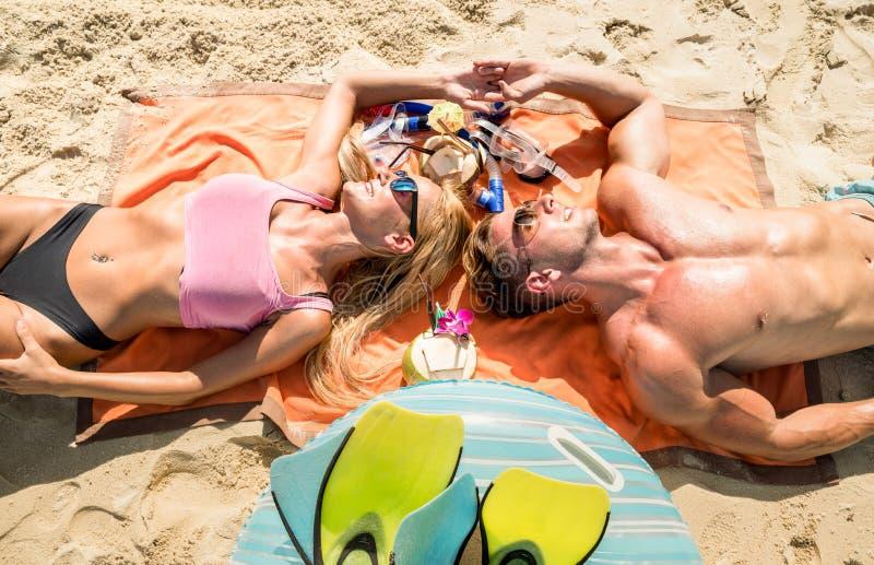 Hoogste mening van jonge paarvakantieganger die pret heeft en op tropisch Phuket-strand in Thailand met kokosnotendrank ontspant stock afbeeldingen