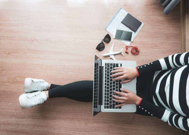 Hoogste mening van jonge vrouwenzitting op vloer met binnen laptop, Laptop stock foto