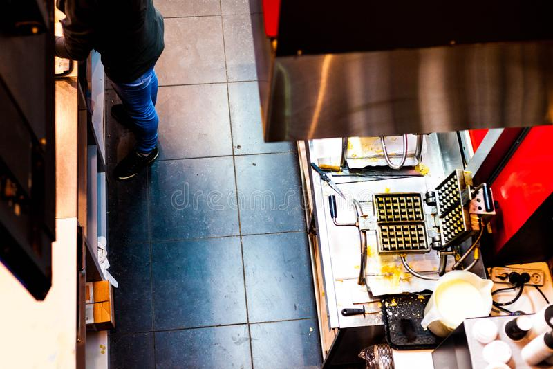 Hoogste mening van keukenbinnenland met de schotels van de mensenwas Overzicht van slordige keukenwerkplaats royalty-vrije stock fotografie