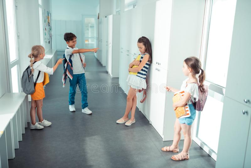 Hoogste mening van kinderen die klasgenoot intimideren op school royalty-vrije stock afbeelding