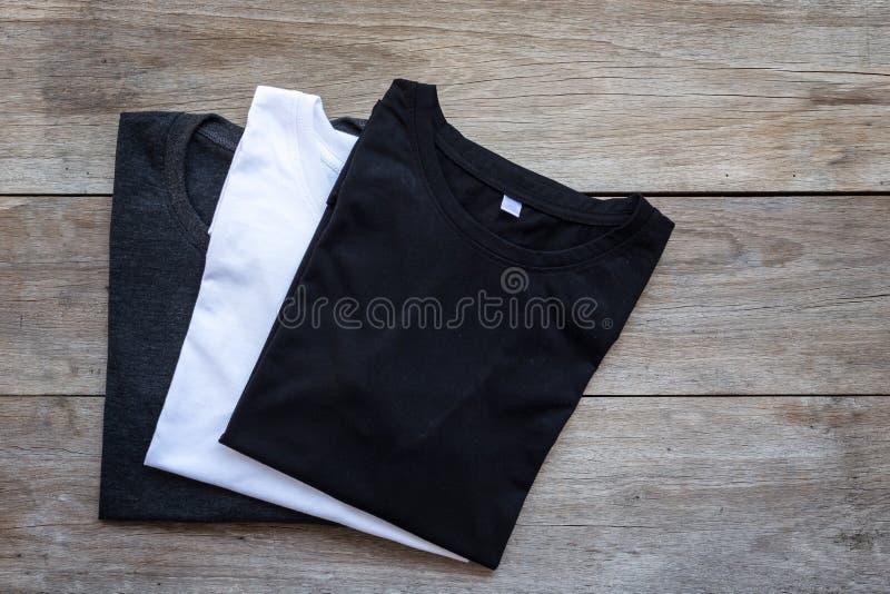 Hoogste mening van kleurent-shirt op grijze houten plank royalty-vrije stock foto