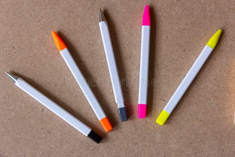 Hoogste mening van kleurrijke pen, pen en potlood royalty-vrije stock fotografie