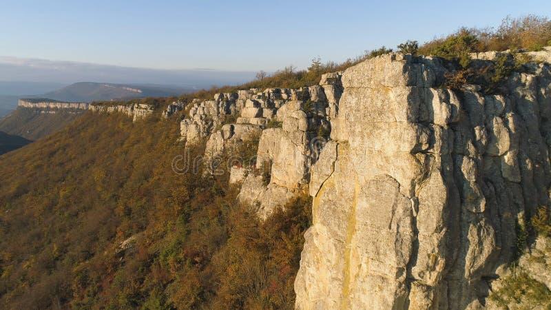 Hoogste mening van klippen in ochtendzon schot Schilderachtig panorama van rots en horizon van bergen met blauwe hemel Mooi royalty-vrije stock afbeeldingen